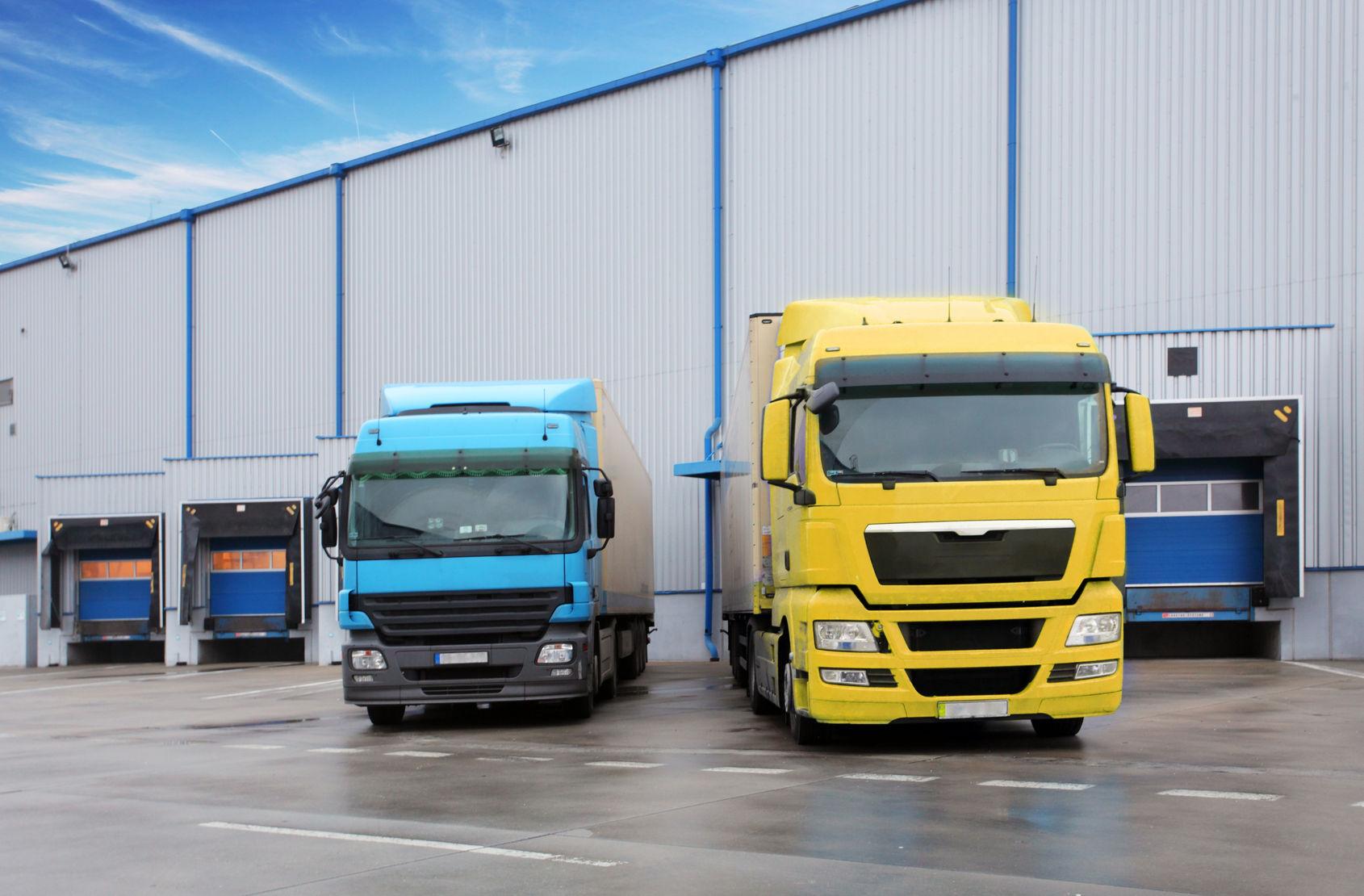 Vrachtwagen bij opslag distributiecentrum